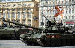 Hauptpanzer T-90A während einer Wiederholung der Parade Lizenzfreie Stockfotos