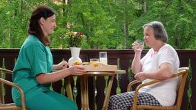 Hauptpflegekraft, die der älteren Frau Medizin gibt stock video