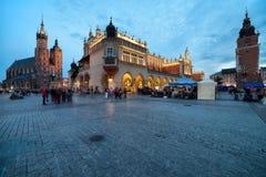 Hauptplatz in der alten Stadt von Krakau in Polen an der Dämmerung Stockfotografie