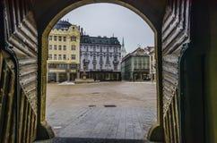 Hauptplatz der historischen Mitte von Bratislava vom Tor lizenzfreie stockfotografie
