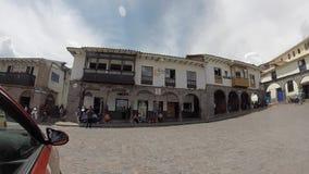 Hauptplatz von Cusco mit Touristen und Iglesia de la Compania, Cusco stock video