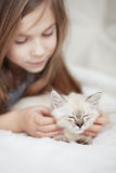 Kind und Kätzchen Stockbild
