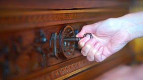 Hauptschlüssel, der in alten Schlüssellochverschluß einsteigt stock footage