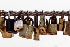 Hauptschlüssel des Verschlusses hängt am alten Schienenstahl Lizenzfreies Stockbild
