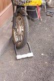Hauptschlüssel für die Blockierung des Motorradrades auf Straße Lizenzfreies Stockbild