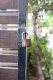 Hauptschlüssel ist Verschluss auf der Stahltür lizenzfreies stockfoto