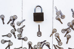 Hauptschlüssel um Schlüssel auf weißem hölzernem Hintergrund Stockfoto