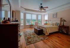 Hauptschlafzimmer in einem kundenspezifischen Haus lizenzfreies stockfoto