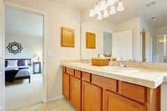 Hauptschlafzimmer mit Badezimmer Stockbild