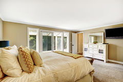 Hauptschlafzimmer mit Doppelbett und weißem Eitelkeitskabinett Stockbilder
