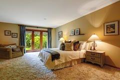 Hauptschlafzimmerinnenraum mit Ausgang zum backayrd Stockfotografie