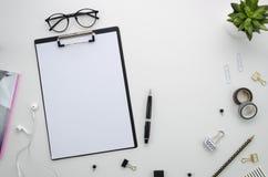 Hauptschreibtischarbeitsplatz mit Bürozubehör auf weißem Hintergrund Lizenzfreie Stockbilder