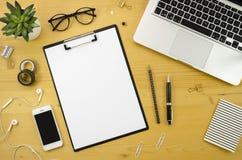 Hauptschreibtischarbeitsplatz mit mit silbernem Notizbuch-, Smartphone- und Bürozubehör auf hölzernem Schreibtischhintergrund Stockbilder