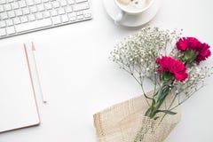 Hauptschreibtischtabelle mit Notizblock, Blumenblumenstrauß stockfotos