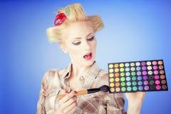 Hauptschuß der jungen Frau des Retrostils Pin-oben mit Bürsten und Palette lizenzfreie stockbilder
