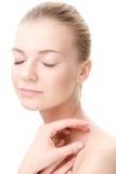 Hauptschuß der jungen Schönheitsfrau mit geschlossenen Augen Lizenzfreies Stockfoto