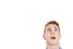 Hauptschuß des gutaussehenden Mannes träumend, oben schauend und zur Seite lizenzfreie stockfotografie