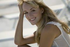 Hauptschuß einer lächelnden bezaubernden Frau Stockfoto