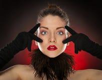 Hauptschuß reizvolles pinup der vorbildlichen tragenden Handschuhe stockfoto