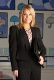 HauptSchullehrer, der im Klassenzimmer steht Lizenzfreie Stockbilder