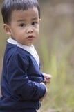 Hauptschussporträt des asiatischen kleinen Jungen, der Blickkontakt zu c schaut Stockbild