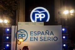 Hauptsitze der konservativen Partei nachts, vor Mariano Rajoys Rede nach Parlamentswahl ergibt, Madrid, Spanien Lizenzfreie Stockbilder