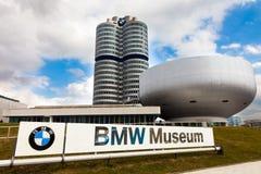 Hauptsitze und das BMW-Museum stockfotos