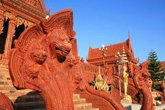 Hauptskulptur der schlange fünf und Goldbuddha-Statue Stockfotografie