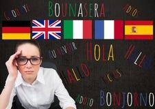 Hauptsprachflaggen über junger Frau mit Wörtern in den verschiedenen Sprachen herum Lizenzfreie Stockfotografie