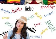 Hauptsprachflaggen über junger Frau mit Weiß- und Worthintergrund Stockfoto