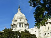 Hauptstadt Gebäude der Vereinigten Staaten von Amerika mit amerikanischer Flagge Stockfotografie