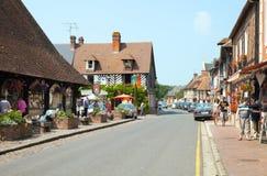 Hauptstraße des Dorfs in Normandie lizenzfreie stockfotografie
