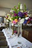 Haupttabelle mit Blumen Stockbild