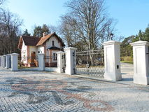 Haupttor, der in Palanga-Park, Litauen geht lizenzfreie stockfotos