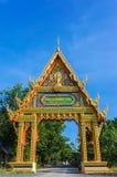 Haupttor von Tempel Wat PhuTonUTidSitThaRam in Surat Thani, thail Lizenzfreies Stockfoto