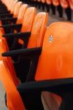 Haupttribünensitze im Stadion - das Aufpassen trägt zur Schau Stockbild