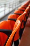 Haupttribünensitze im Stadion - das Aufpassen trägt zur Schau Stockfoto