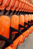 Haupttribünensitze im Stadion - das Aufpassen trägt zur Schau Stockbilder
