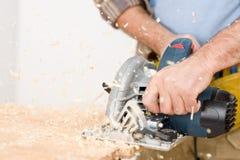 Hauptverbesserung - Heimwerker schnitt Holz mit Tischlerbandsäge Stockfotos