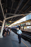 Hauptverkehrszeit an BTSallgemeinem Zug in Bangkok Stockbild
