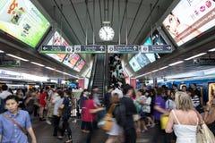 Hauptverkehrszeit an BTSallgemeinem Zug Siam Station in Bangkok Stockfotografie