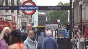 Hauptverkehrszeit in der London-Stadtzentrumu-bahnstation und -leuten, die auf die Straße gehen stock video