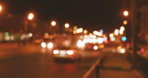 Hauptverkehrszeit in der Nacht Viele Autos, die in verschiedene Richtungen in Nachtstadtstraßen sich bewegen stock video