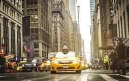 Hauptverkehrszeit mit gelbem Fahrerhaus in New York City Manhattan stockfoto