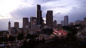 Hauptverkehrszeit Seattle zwischenstaatliche 5 schneidet im Stadtzentrum gelegene Stadtzentrum-Skyline durch stock footage