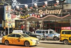 Hauptverkehrszeit und Stau mit modernem gelbem Taxi durch 7. Allee nahe Times Square in Manhattan stockbilder