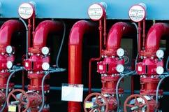 Hauptversorgungs-Wasserrohrleitung in der Feuerlöschanlage Feuerlöschbrausesystem mit roten Rohren Feuerunterdr?ckung Manuelles V stockfotos