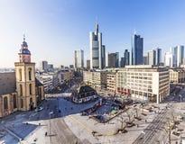 Hauptwache Pplaza i nowożytni skyscarpes w Frankfurt magistrala, Ge - Am - zdjęcie royalty free