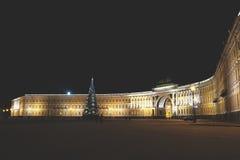 Hauptweihnachtsbaum am Palast-Quadrat in St Petersburg nachts Stockfotos
