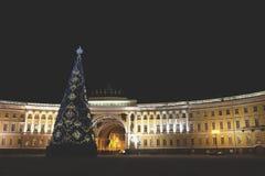 Hauptweihnachtsbaum am Palast-Quadrat in St Petersburg nachts Lizenzfreie Stockbilder